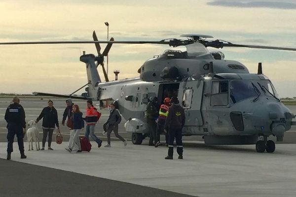 Sur le tarmak de l'aéroport de Nice, le ballet incessant des hélicoptères. L'armée, la sécurité civile, la gendarmerie et des sociétés privées de transport acheminent des vivres, des groupes électrogènes et rapatrient des personnes sinistrées.