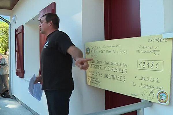 Un chèque symbolique apposé par les manifestants au Parc national des Pyrénées à Bedous