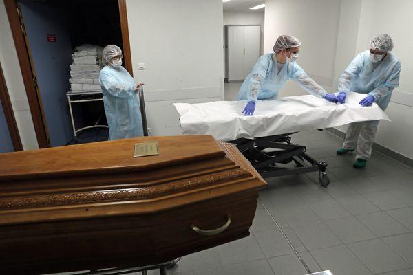 Covid 19: les soignants sont confrontés au quotidien à la mort, au tri des patients, à la surcharge de travail : après la vague du virus, une vague de détresse est à craindre.