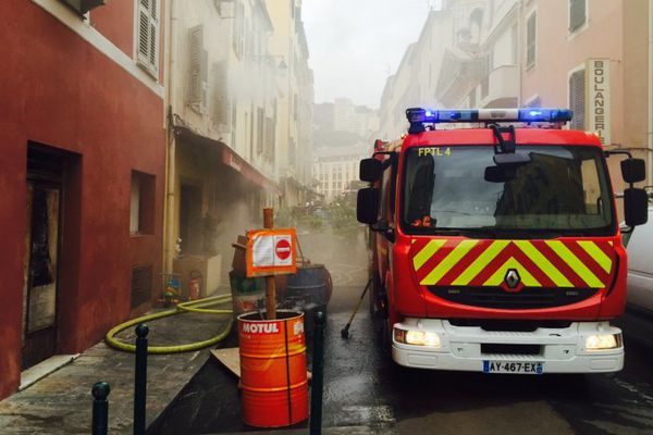 Les pompiers devant un restaurant victime des flammes à Ajaccio, le 31 mars 2016.