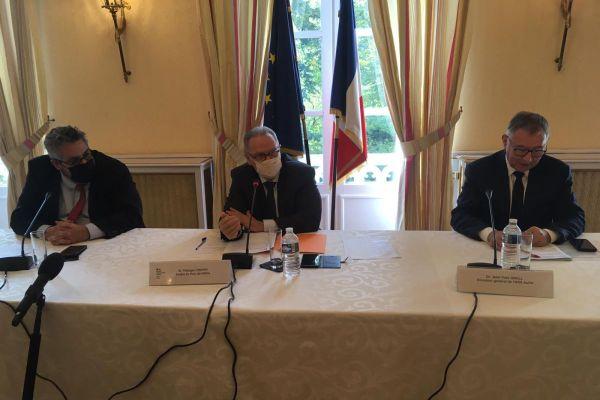 Vendredi 9 octobre, Olivier Bianchi, président de Clermont Auvergne Métropole et Philippe Chopin, préfet du Puy-de-Dôme, ont tenu une conférence de presse après le passage de la métropole en alerte renforcée. Jean-Yves Grall, directeur régional de l'ARS Auvergne-Rhône-Alpes était également présent.