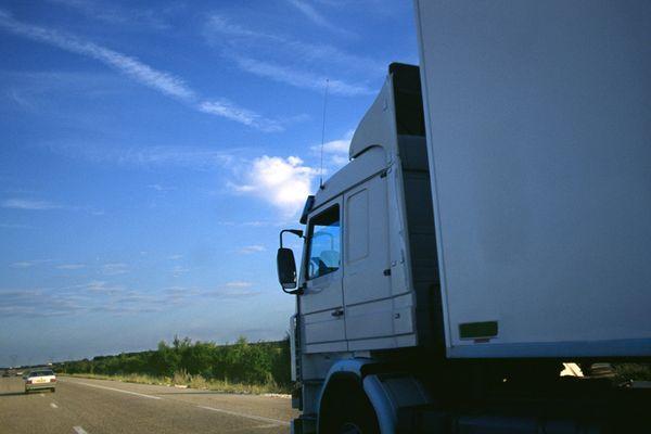 Neuf migrants ont été retrouvés cachés dans un camion, mardi, sur l'A89, dans le Puy-de-Dôme.