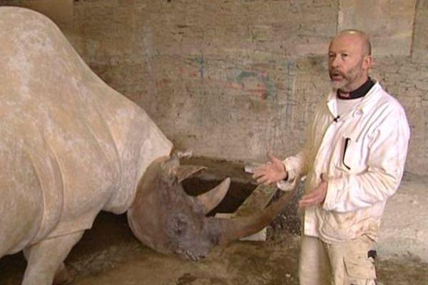 Le rhinocèros laineux de Pascal Josse a intégré le décor de la reproduction de la grotte Chauvet