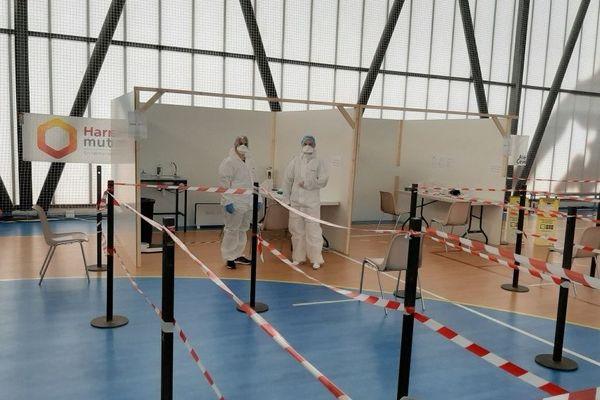 Le centre Covid-19 est installé dans un gymnase à Alès (Gard).