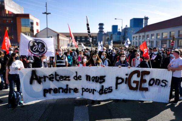 400 employés de General Electric défilent dans les rues à Belfort