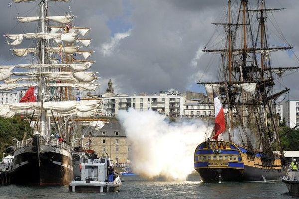 L'Hermione tire des coups de canon à son arrivée au port de Brest.
