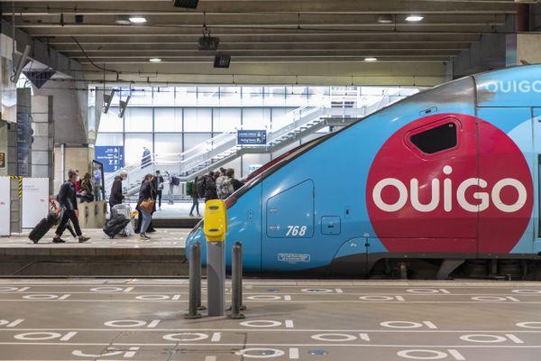 Un train TGV à la Gare Montparnasse de Paris. OUIGO mais avec 7H30 de retard.
