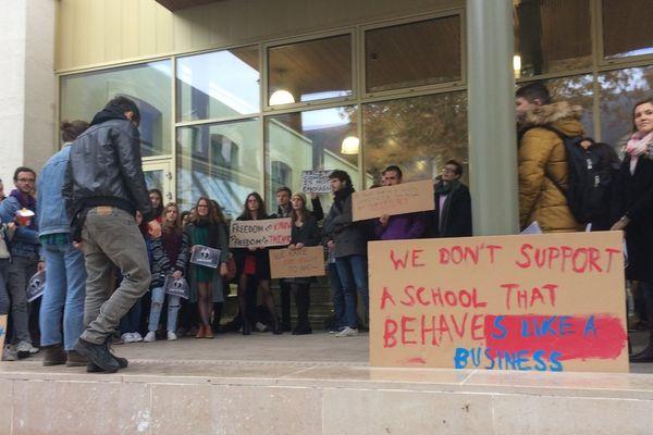 Les étudiants étaient plusieurs dizaines à manifester vendredi.
