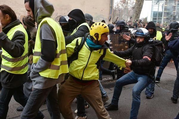 Echauffourées entre manifestants et policiers le 8 décembre à Toulouse