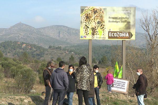 """""""Les animaux sauvages ne sont pas des marchandises"""" peut-on lire sur la pancarte de ces militants écologistes."""
