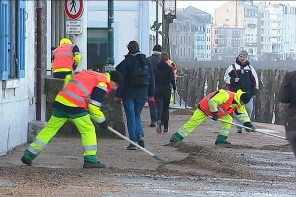 Le nettoyage après le passage de la tempête Eléanor à Saint-Malo
