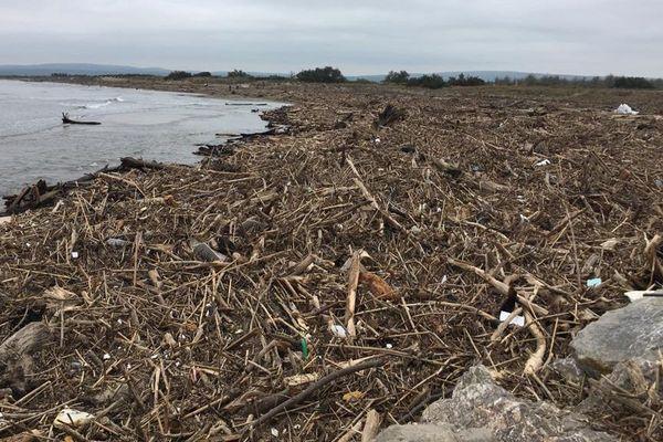 Aude : sous les déchets, les plages de Fleury-d'Aude dévastées après les intempéries et les inondations - 28 octobre 2019.