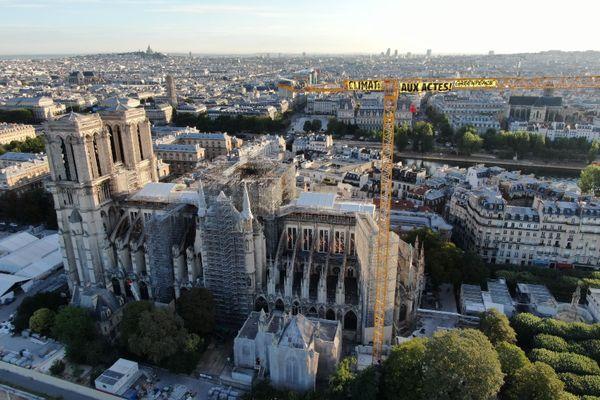 Des militants de Greenpeace ont déployé une banderole sur la grue de Notre-Dame pour interpeller le gouvernement sur les enjeux climatiques.
