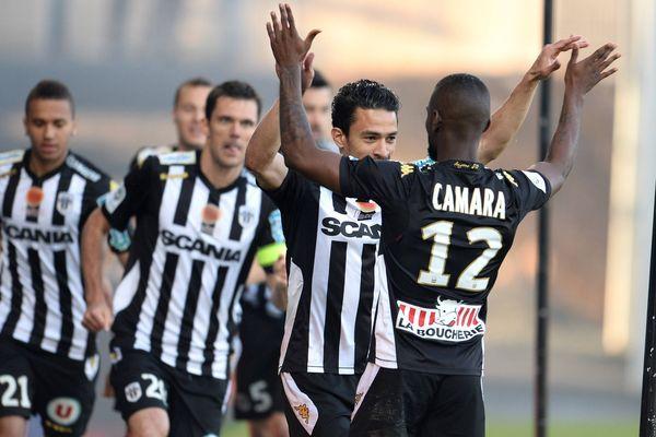 La joie de Camara et de ses coéquipiers à l'ouverture du score