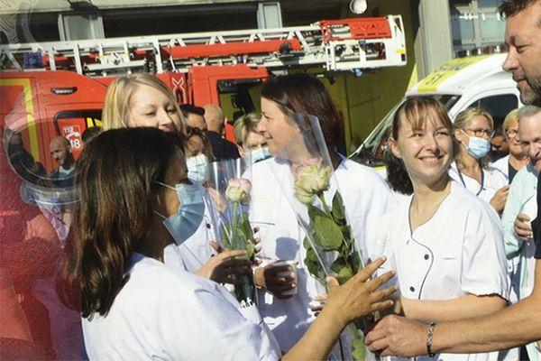 Cette année, les pompiers de Reims rendent hommage aux soignants dans leur calendrier.