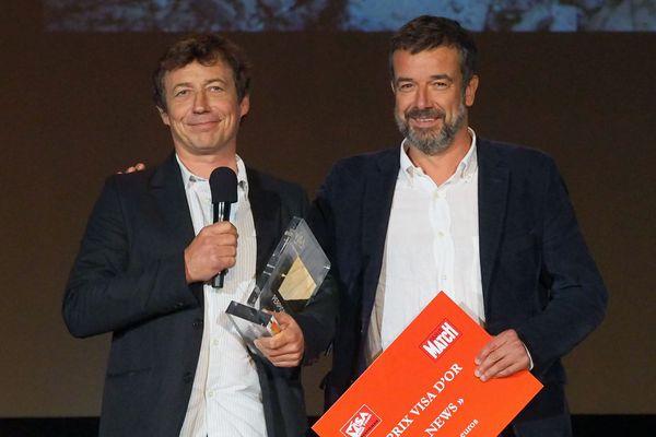 Le photographe belge Laurent Van der Stockt (à gauche) a remporté samedi soir à Perpignan le prix le plus prestigieux du festival international de photojournalisme, Visa pour l'Image, pour sa couverture de la bataille de Mossoul (Irak) pour le quotidien Le Monde.