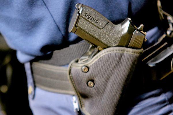 """Les agents de police municipale ainsi que les agents des services internes de sécurité de la SNCF et de la Régie autonome des transports publics (RATP) """"pourront désormais être équipés d'armes à feu de poing de calibre 9 mm, avec des munitions de service à projectile expansif"""", selon le décret."""