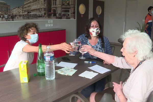 Carole et Sabine retrouvent leur maman, Simone, après trois mois de séparation.