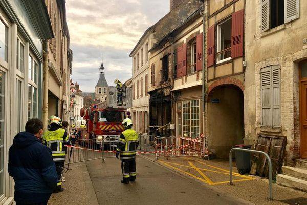 L'incendie a mobilisé une soixantaine de pompiers.