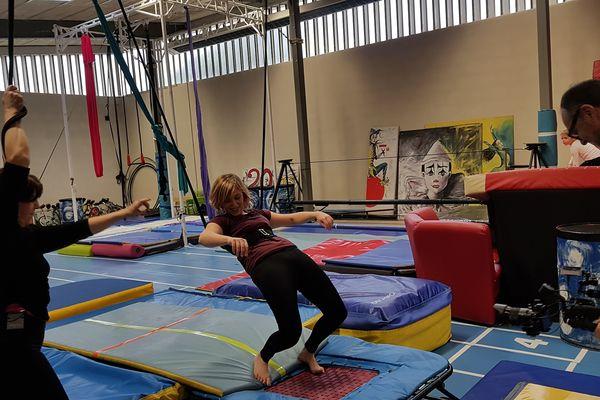 J'ai testé pour vous les arts du cirque à Acrobacirque à Montluçon dans l'Allier. Un mélange d'arts, d'acrobaties et d'amusement, pour les petits mais aussi les grands.