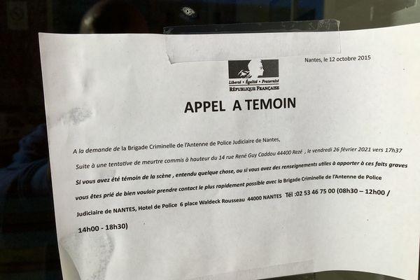 Un appel à témoin sur la porte d'un immeuble de la rue René Guy Cadou à Rezé en Loire-Atlantique