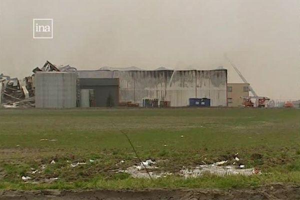 Les entrepôts de stockage d'Intradis détruits par l'incendie, à Roye (Somme) en 2002.