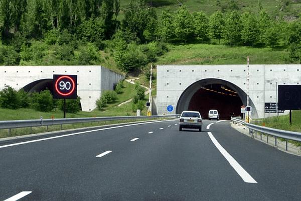 La Canourgue (Lozère) - le tunnel de Montjézieu long de 616 m sur la A75 - archives