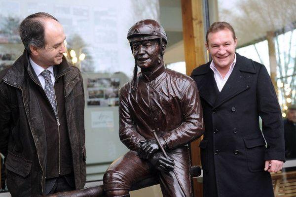 le jockey palois Christophe Pieux et sa statue de Bronze en compagnie de Jean-Louis Foursans-Bourdette, président de la société des courses des Pyrénées-Atlantiques
