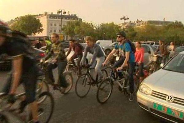 Une centaine de vélos autour de l'Arc de Triomphe ce lundi 22 septembre. Une action à l'appel du collectif Vélorution.