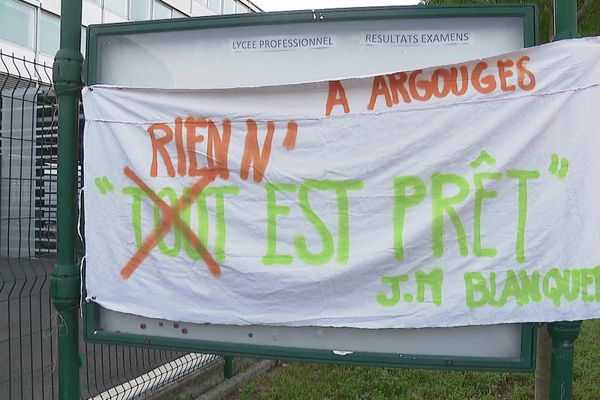 Des enseignants du lycée Argouges manifestent devant l'établissement pour protester contre le sureffectif d'élèves par classe