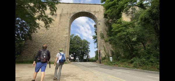 Des randonneurs devant l'aqueduc de Buc (78)