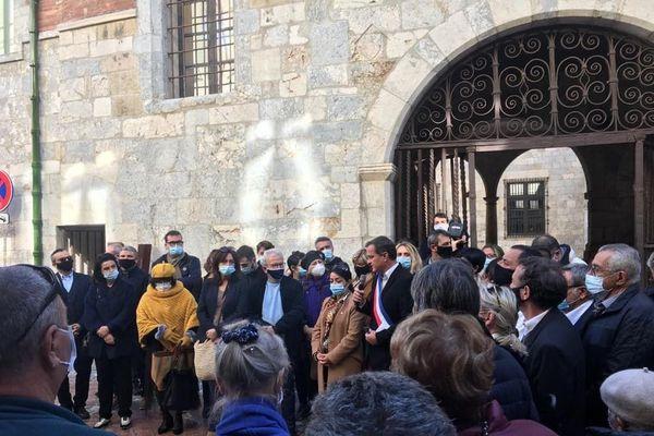 Une centaine de personnes, dont de nombreux élus, devant l'Hôtel de Ville ce samedi à 12h.