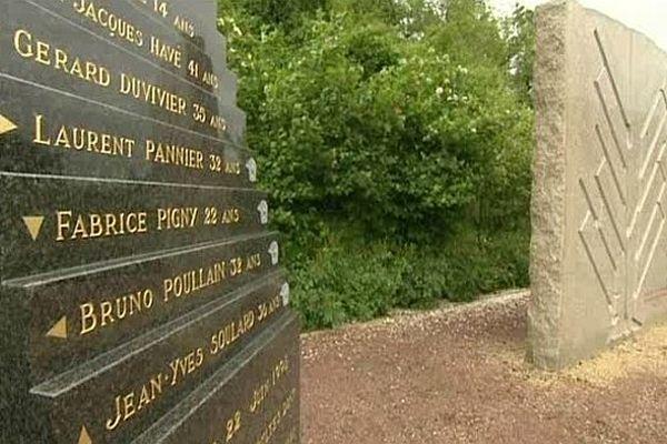 Ce monument rend hommage aux victimes de la grotte de Clairefeuille à Montérolier.