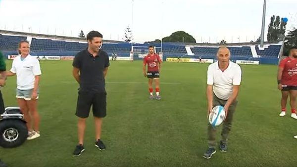 Charles Orlanducci s'essaie au ballon ovale.
