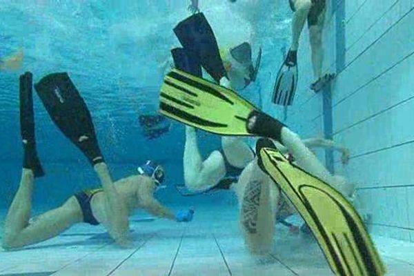 Au fond de la piscine, l'équipe de France de Hockey Subaquatique ne manque pas d'air et enchaîne les entraînements, ici à Clermont-Ferrand les 16 et 17 janvier 2016.