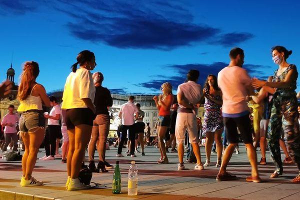 Les quais de Bordeaux attirent beaucoup en soirée, surtout des jeunes qui y font la fête. La nuit tombée, les masques se font rares.