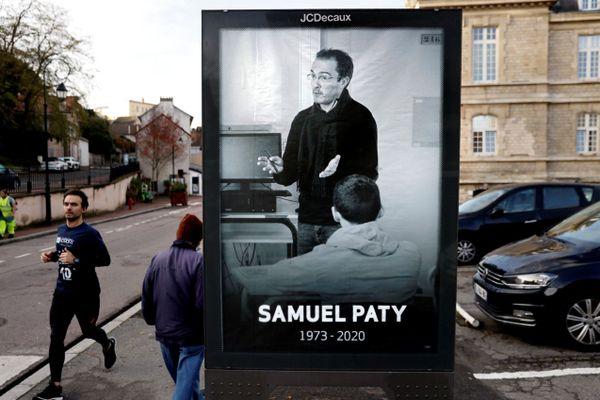 Une affiche en hommage à Samuel Paty, installée à Conflans-Sainte-Honorine en novembre 2020.