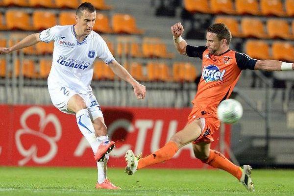 Le joueur de l'AJA Vincent Gragnic (à gauche) face à Anthony Goncalves vendredi 28 novembre 2014, lors du match Laval-Auxerre comptant pour la 16e journée du championnat de Ligue 2