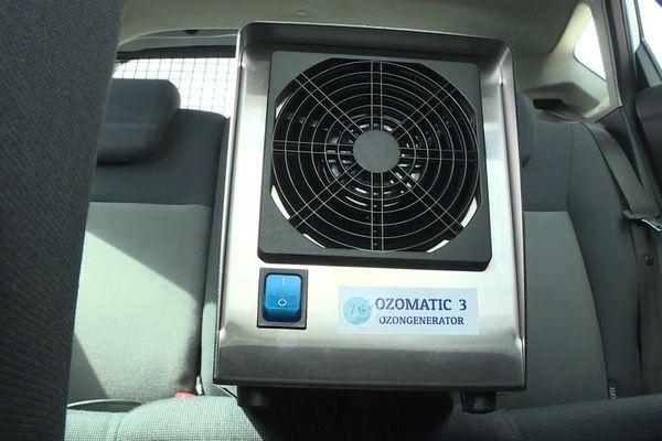 L'appareil envoie de l'ozone dans l'habitacle de la voiture pour décontaminer l'ensemble de l'espace.