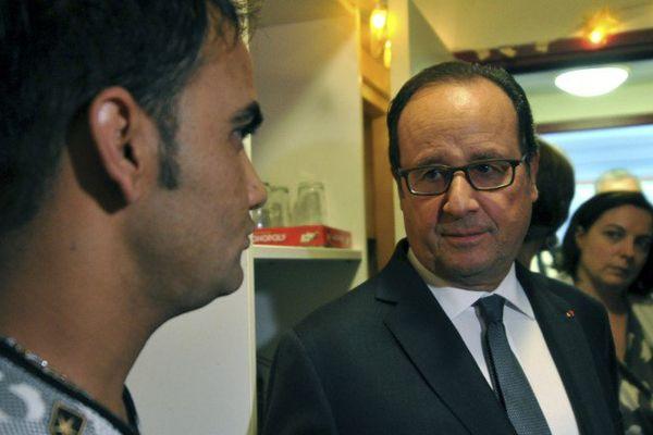 """François Hollande avec un migrant Afghan, dans un """"centre d'accueil et d'orientation"""" à Tours, samedi 24 septembre."""