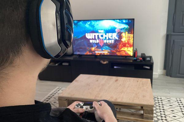 Depuis le début du confinement, Thomas, gamer chaumontais joue chaque jour plusieurs heures aux jeux vidéo.