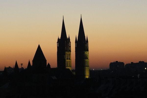 A Caen, l'église Saint-Etienne bénéficiera d'un coucher de soleil dans un ciel dégagé, en ce DIMANCHE.