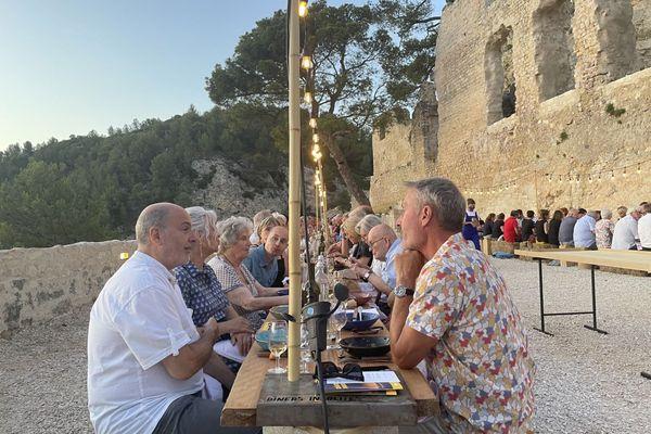 La disposition des places durant les dîners insolites s'avère propice à la découverte de ses voisins de table.
