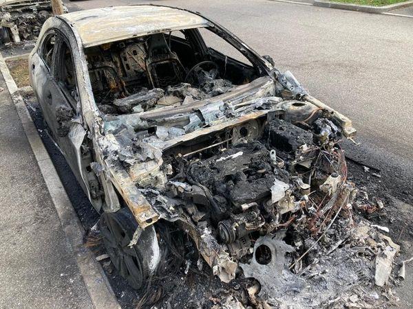 Au moins cinq voitures ont entièrement brûlé au petit matin ce 27 septembre