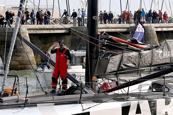 Trois jours après avoir fait demi-tour pour cause d'avaries multiples, Jérémie Beyou est rentré aux Sables d'Olonne samedi 14 novembre
