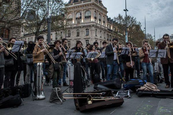 """Des sympathisants de """"Nuit debout"""" interprètent la """"Neuvième symphonie"""" d'Antonin Dvorak, mercredi 20 avril 2016 place de la République à Paris."""