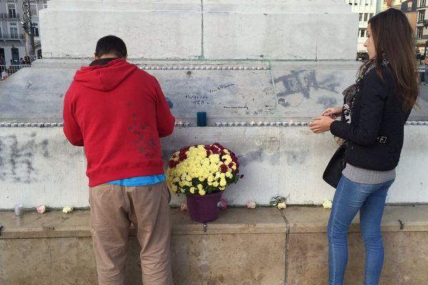 Malgré les recommandations de la préfecture d'éviter les rassemblements, certains clermontois ont tout de même tenus à manifester leur hommage aux victimes. Sur la place de Jaude, des bougies, messages et fleurs ont été déposés