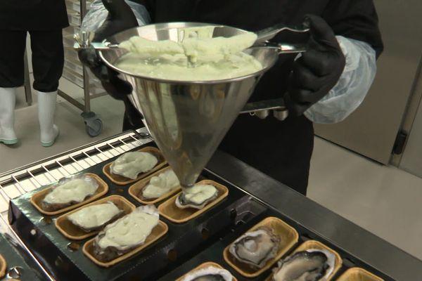 Le nappage des huîtres qui ont toutes des tailles différentes se fait à la main.