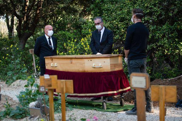 07.04.2020. Des employés des pompes funèbres au cimetière d'Aix-en-Provence pour l'enterrement d'une victime du Covid 19.