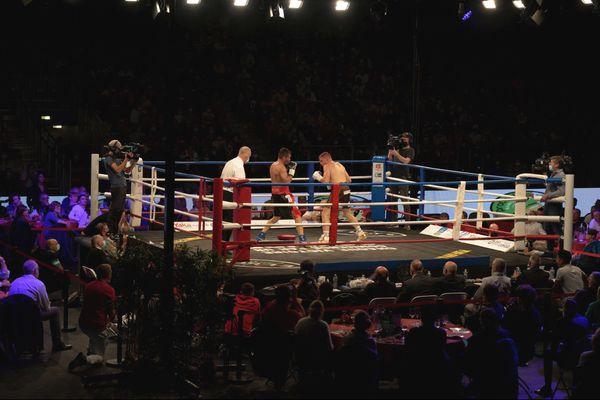 Début du combat entre Maxime Beaussire et Matteo Signani devant le public du Palais des sports de Caen.